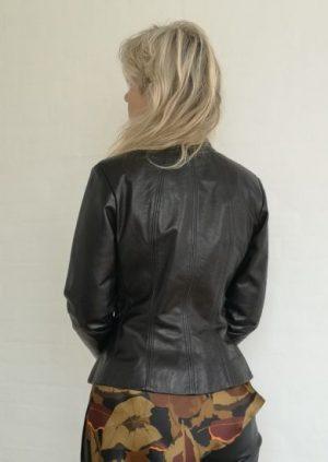 sort taljeret skind jakke bagfra