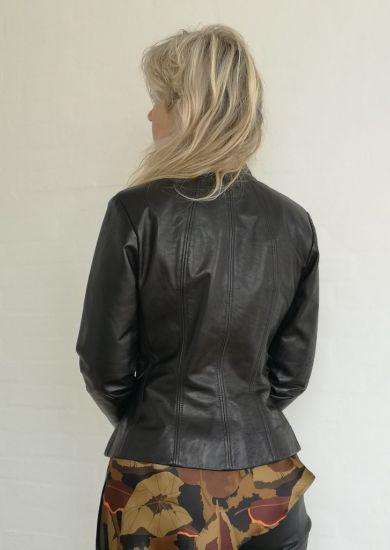 Flot sort figursyet skind jakke