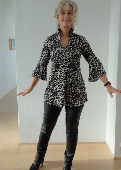 Bluse i grå sort dyreprint
