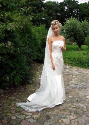 Brudekjole med hånslavede blomster i silke organza