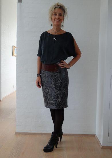 Grå nederdel med blankt sort print