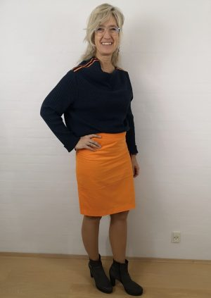 Blå asymetrisk uld strik bluse med orange strib
