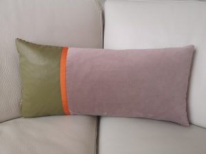 Unika pude i lyserød velour med skind
