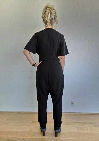 sort buksedragt bagfra