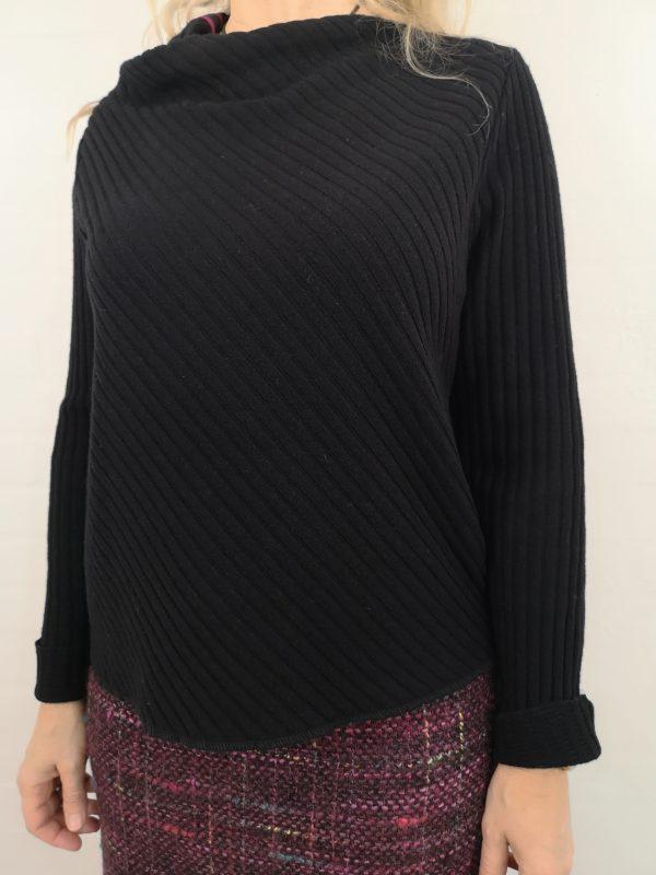 Sort Asymetrisk uld strik med hindbær strib