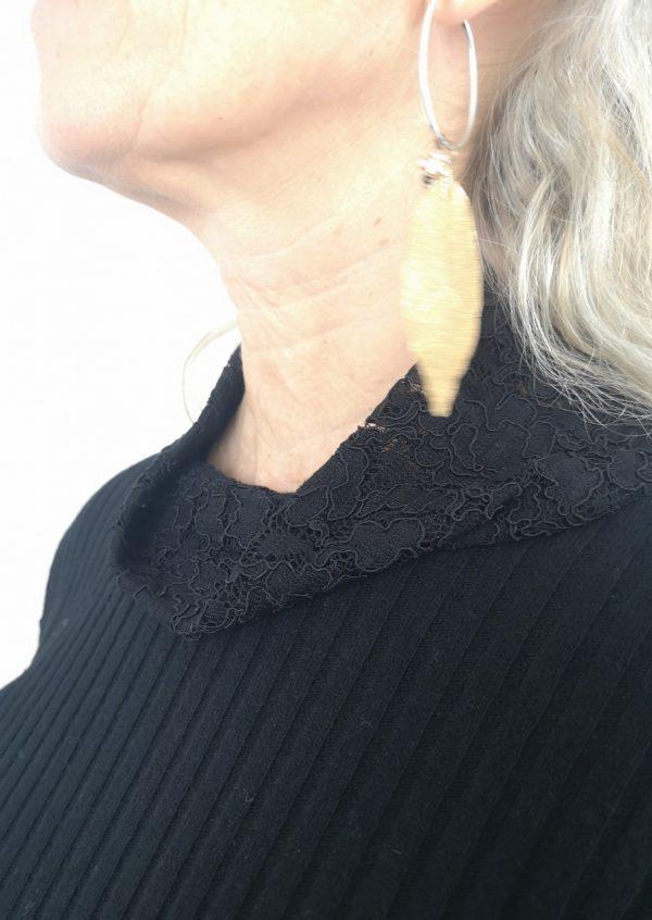 Sort uldstrik med blondeærmer
