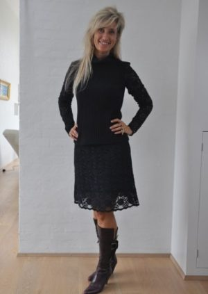 Sort strik bluse med blonde ærmer