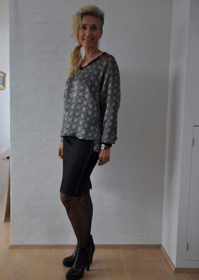 Silke bluse med spændende print