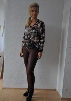 Silke bluse med kreativ print