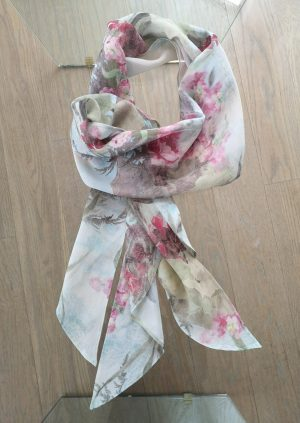 Lyseblå tørklæde med blomster