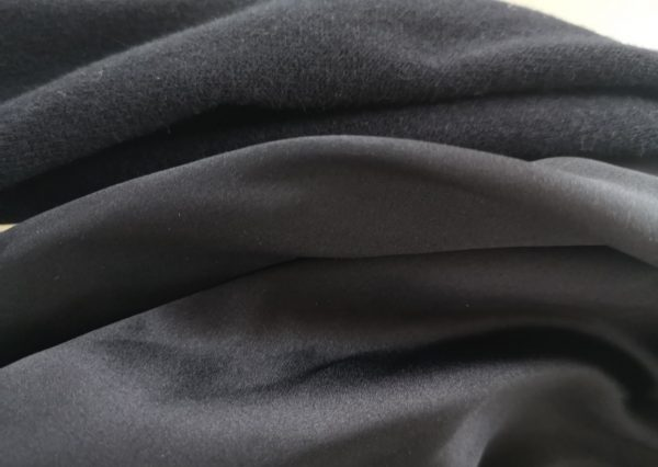 Sort trekantet tørklæde i silke og uld