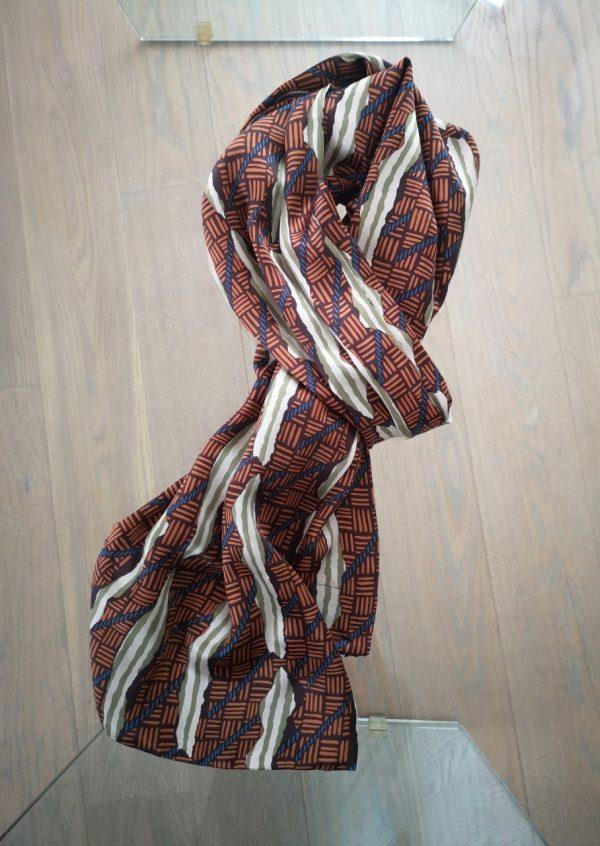 Grafisk silketørklæde i efterårsfarver