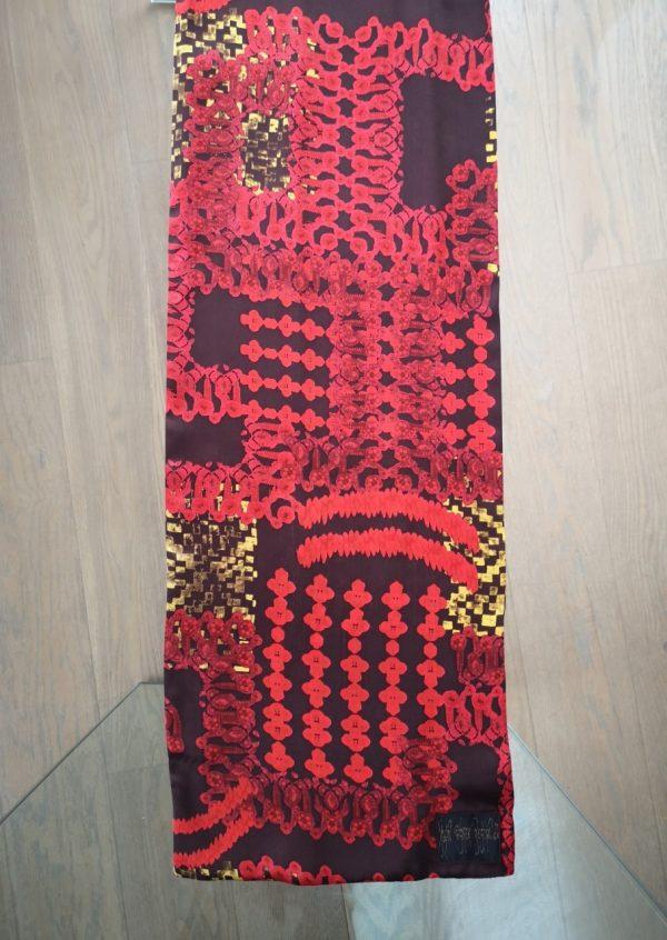 Grafisk silketørklæde i rød karry brun