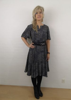 Sort kjole med sving og prikker
