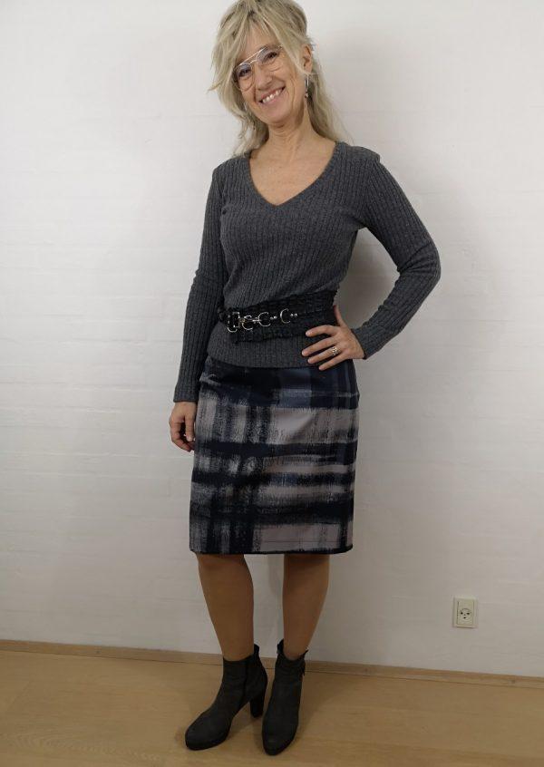 Ternet nederdel med skinddetalje