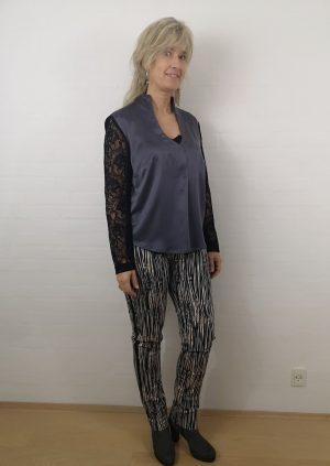 Grå silke bluse med sort blonde