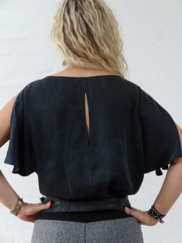 Fræk sort silke bluse med slids