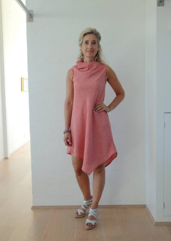 Coralrød asymetrisk kjole med vandfald
