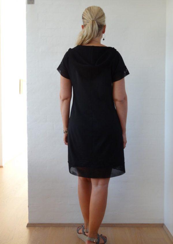 Sort kjole med hætte