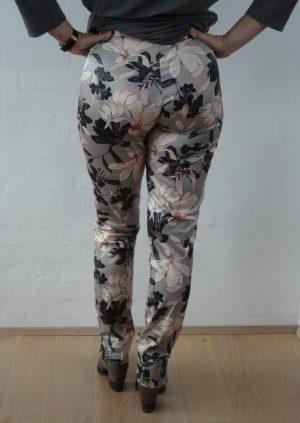 Sandfarvet bukser med nude blomster