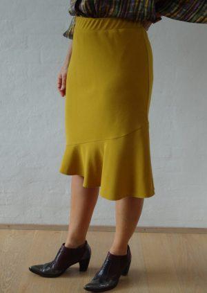 Karrygul nederdel med flæse