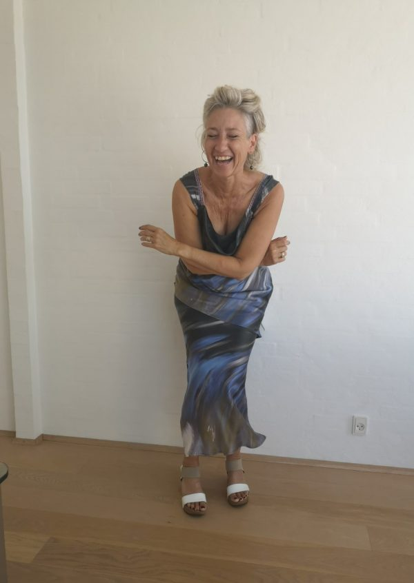 Blågrå lang kjole med vandfald