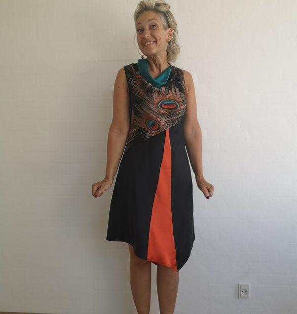 Asymetrisk kjole med påfuglefjer