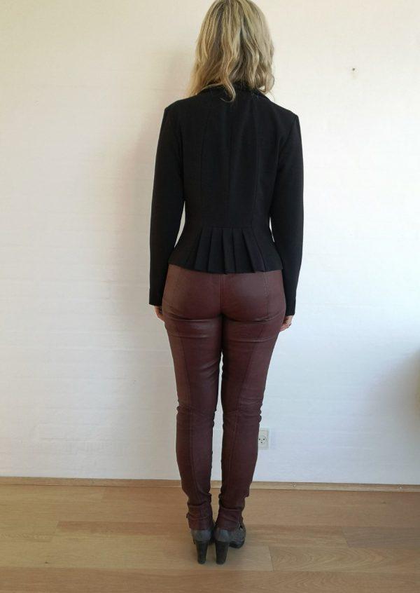Sort jakke med detalje i ryggen