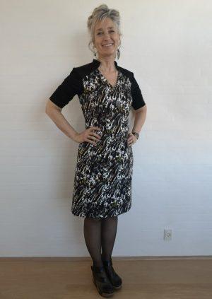 Malerisk kjole med V-udskæring