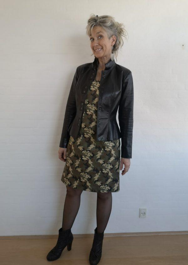 Camouflage kjole med lilla stribe