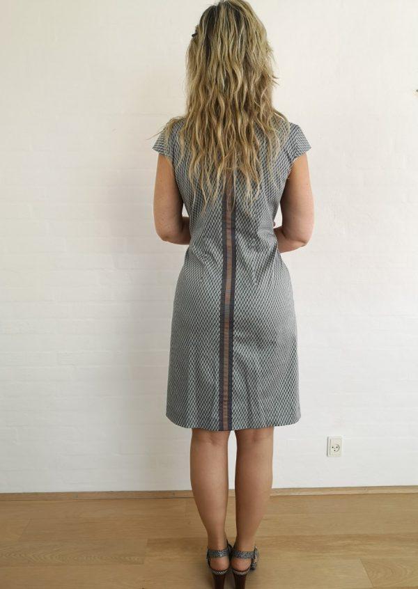 Grågrøn kjole med stribe i ryggen