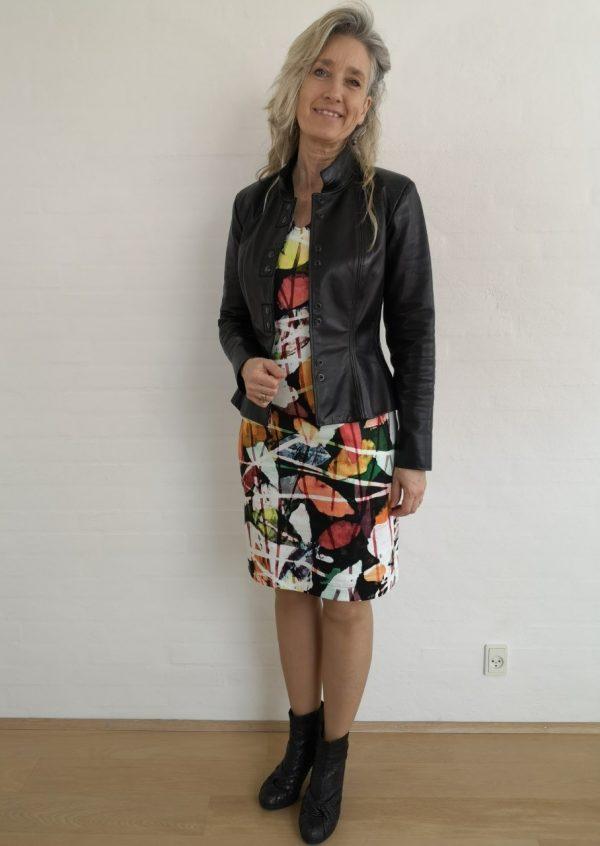 Farverig kjole med stribe i ryggen