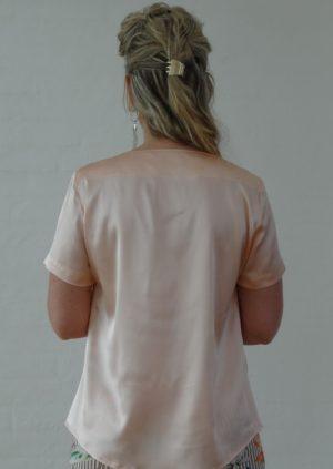 Elegant nude silkebluse med læg
