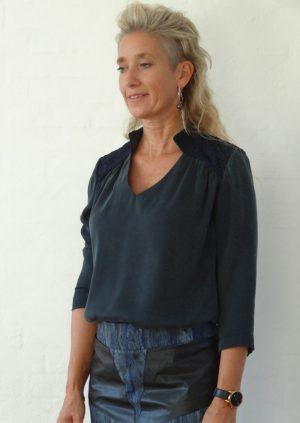 Sort blå silke bluse med blonde