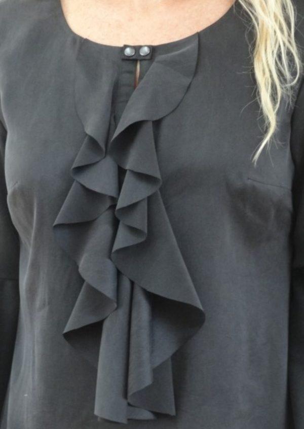 Sort silke bluse med flæser