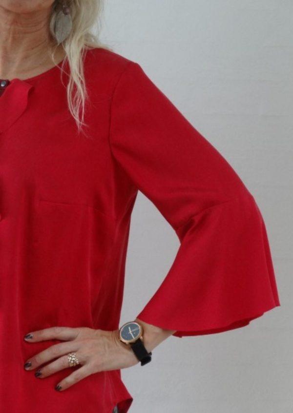 Rød silkebluse med flæse detaljer