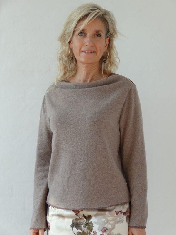 Nøddebrun uld strik med vandfald