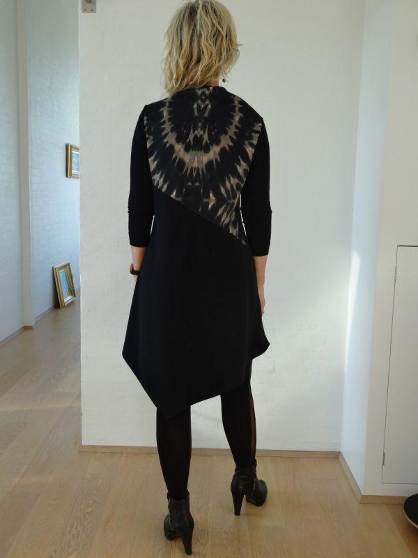 Asymetrisk kjole med batik og vandfald