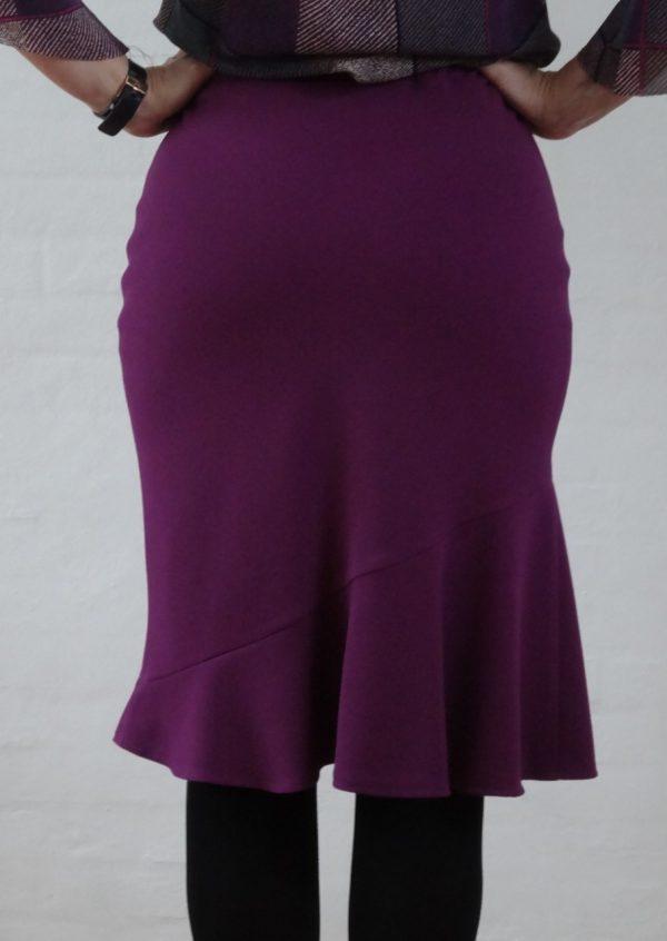 Lilla nederdel med asymetrisk flæse