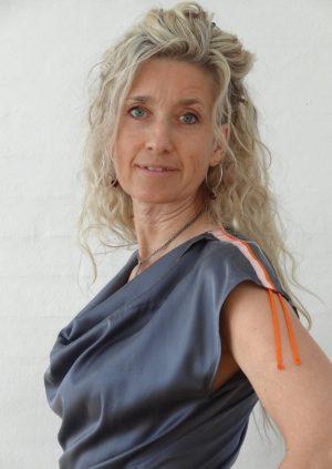 Grå silke vandfaldsbluse med orange