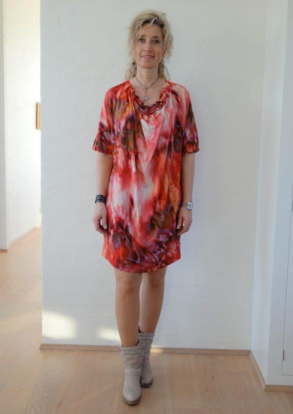 Kjole eller tunika i coralrød batik