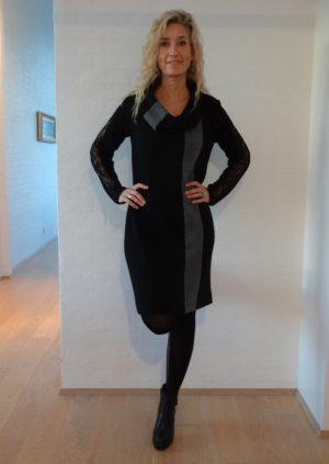 Sort uldstrik kjole med grå strib