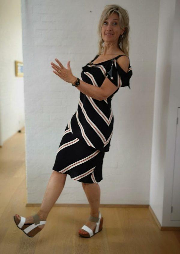 Asymetrisk stribet kjole i 2 lag