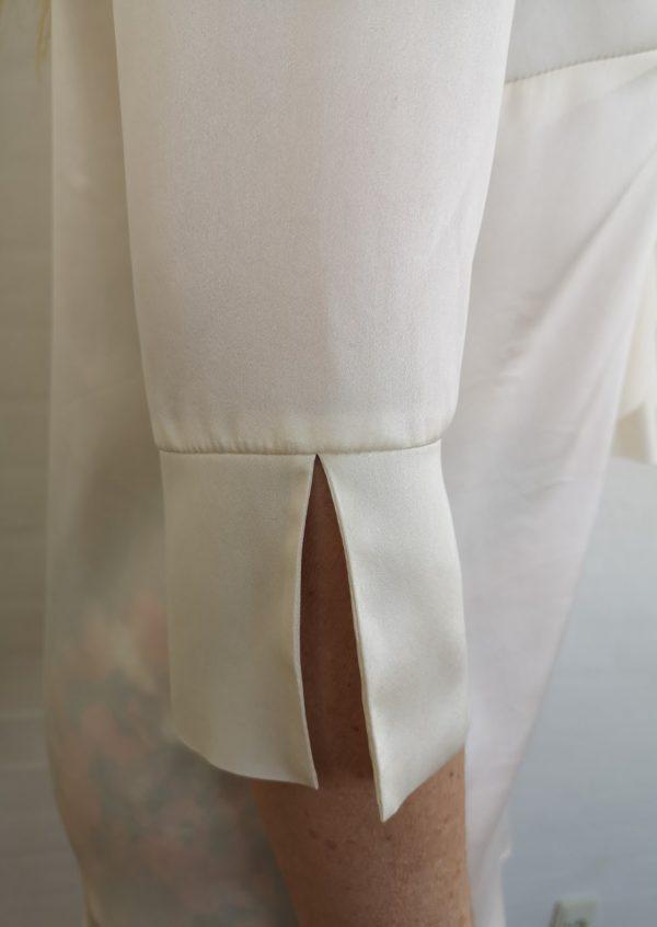 Råhvid silkebluse med flæse foran
