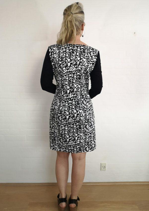 Sort hvid grafisk kjole med slids
