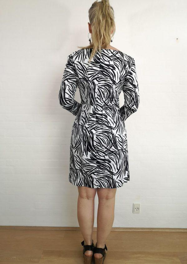 Sort og hvid kjole med lommer