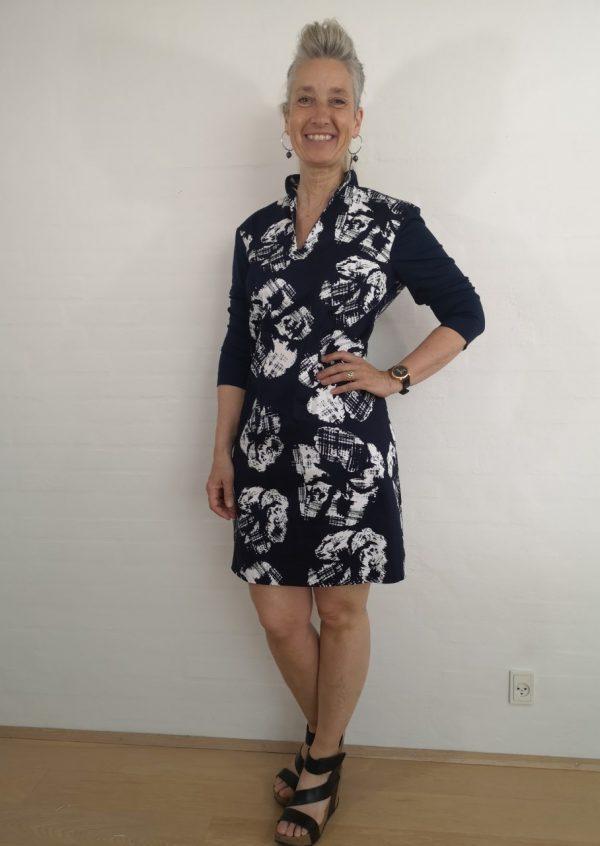 Blå hvid kjole med smal halsudskæring