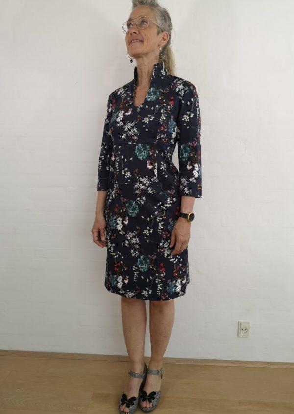 Kinesisk inspireret kjole med feminint snit
