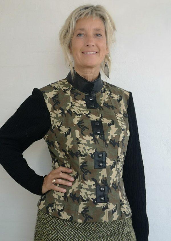 Camouflage jakke med sorte skinddetaljer