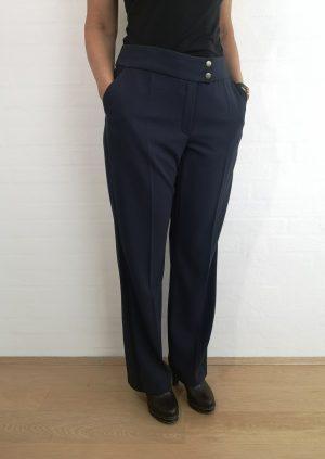 Blå bukser med bånd i siderner